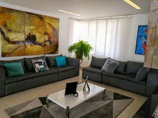 Una sala de estar llena de muebles y un sofá en Santa Catalina