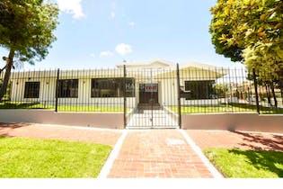 Vendo Hermosa casa Calatrava II, Cuenta con 2 pisos 6 habitaciones cada una con baño y closet.