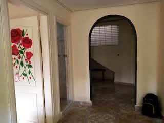 Un cuarto de baño con un inodoro y una ventana en Apartamento en venta en  Aranjuez, 50mt