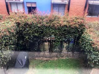 Una persona sentada en la hierba junto a un paraguas en Vendo Casa San Jose De Bavaria- Delmonte