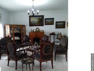 Una sala de estar llena de muebles y un reloj en Casa en venta en Palermo, 282mt