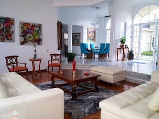 Una sala de estar llena de muebles y una mesa en Casa San José de Bavaria con 2 garajes cubiertos y 6 garajes descubiertos