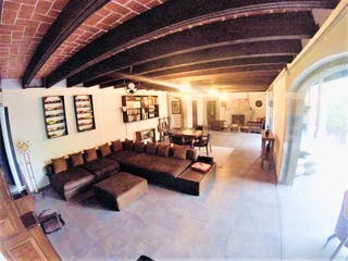 Una sala de estar llena de muchos muebles en Casa en venta en Club de Golf México, 656mt