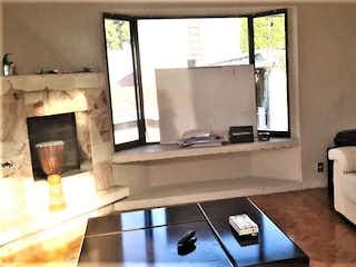 Una sala de estar llena de muebles y una ventana en Casa en venta en Jardines del Pedregal de San Ángel, 459mt de cuatro niveles