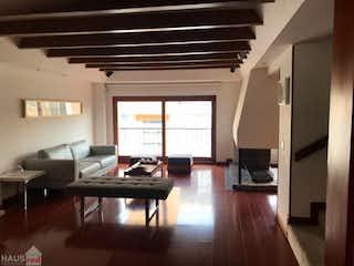 Una sala de estar llena de muebles y un suelo de madera en Vendo Casa en Conjunto Residencial Torreladera