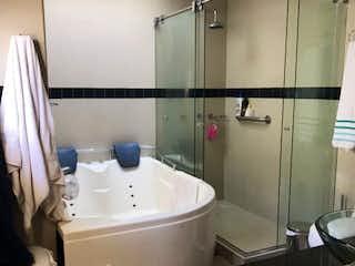 Un cuarto de baño con una bañera y un lavabo en Casa en San Jose de Bavaria,