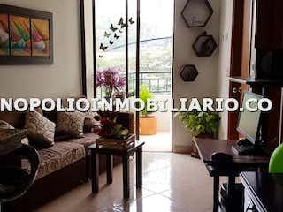 Una sala de estar llena de muebles y una ventana en MICHEL