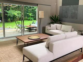 Una sala de estar llena de muebles y una gran ventana en vallados de gratamira