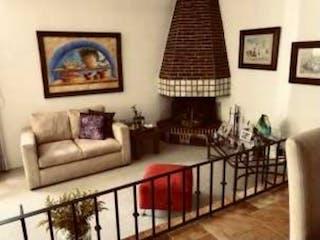 Una sala de estar llena de muebles y una pintura en Casa en venta en Flor de María, de 150mtrs2