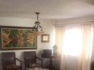 Una sala de estar llena de muebles y una lámpara en Casa en venta en Barrio Laureles, de 140mtrs2