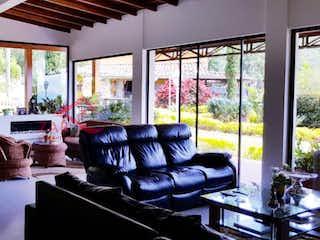 Una sala de estar llena de muebles y una ventana en Finca en venta en Jalisco, de 5090mtrs2