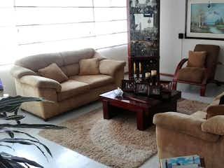 Una sala de estar llena de muebles y un sofá en Casa En Venta En Bogota Niza
