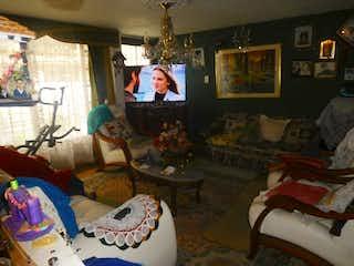 Una sala de estar llena de muebles y una televisión de pantalla plana en Casa en venta en Andes de  5 habitaciones