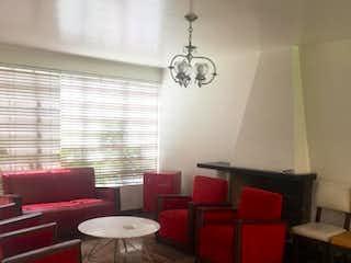 Una sala de estar llena de muebles y una pared roja en Casa en venta en Palermo de 4 habitaciones