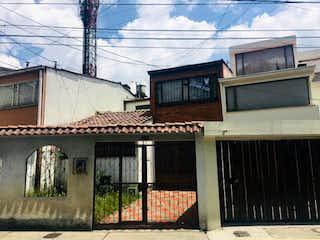 Un edificio con un reloj en el costado en Casa en venta en  Andes Norte de 4 habitaciones