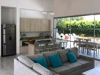 Una sala de estar llena de muebles y una gran ventana en Finca en venta en Sopetran de 4 habitaciones