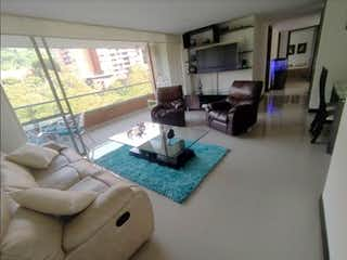 Una sala de estar llena de muebles y una gran ventana en Apartamento en venta en Loma de Cumbres, de 130mtrs2