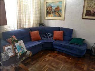 Una sala de estar llena de muebles y una pintura en Casa en venta en Paris Gaitan, de 144mtrs2 con 2 patios