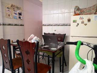 Una habitación con una mesa y una nevera en Casa en venta en  Pinar de Suba  de   5 habitaciones