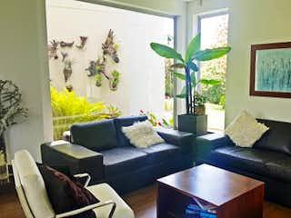 Una sala de estar llena de muebles y una gran ventana en Casa en venta en Llano Grande de 4 habitaciones