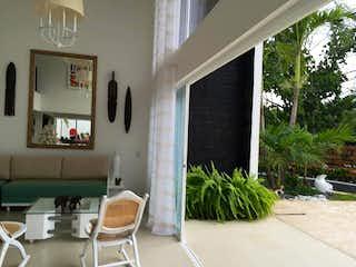 Una sala de estar llena de muebles y una ventana en Finca en venta en San Jeronimo de 4 habitaciones