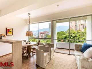 Una sala de estar llena de muebles y una gran ventana en Lisboa (Aves Marías)
