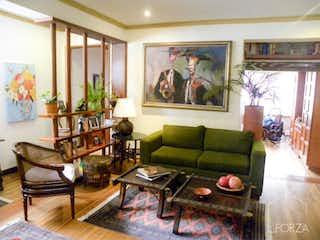 Una sala de estar llena de muebles y decoración en Casa en venta en Los Mártires de  4 habitaciones