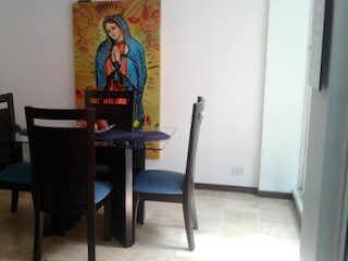 Una silla y una mesa en una habitación en Casa en venta en Alcalá de 3 habtiaciones