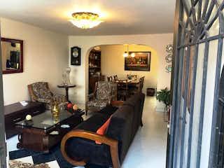 Una sala de estar llena de muebles y una lámpara en Casa en venta en Centro, de 116mtrs2