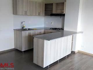 Una cocina con lavabo y microondas en Palmazera