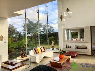 Una sala de estar llena de muebles y una gran ventana en Casa en venta en  Alto de las Palmas  de 3 habitaciones