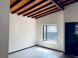 Un cuarto de baño con un inodoro y una ventana en Casa en venta en Simon bolivar de  5 habitaciones