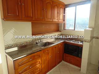 Una cocina con armarios de madera y un horno de cocina en ALCAZAR DE OVIEDO