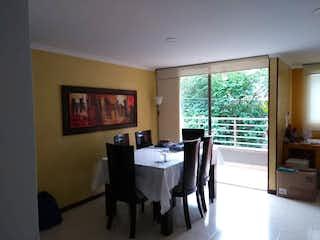 Una sala de estar llena de muebles y una ventana en Apartamento en venta en Nutibara de  3 habitaciones