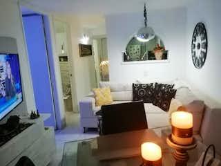 Una sala de estar llena de muebles y una televisión de pantalla plana en Apartamento en venta en El Salvador de  2 habitaciones
