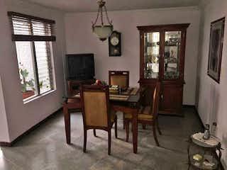 Una sala de estar llena de muebles y una ventana en Casa en venta en Los Colores de  3 habitaciones