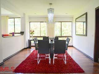 Una sala de estar llena de muebles y una gran ventana en Lutecia