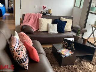 Una sala de estar llena de muebles y un sofá en Amonte