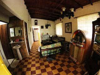 Una sala de estar llena de muebles y una chimenea en Casa en venta en San Jeronimo de  3 habitaciones