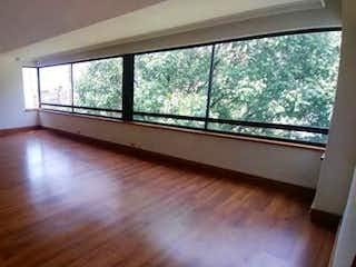 Una habitación con suelos de madera y una gran ventana en Apartamento en venta en Santa Maria de los Angeles de 4 habitaciones