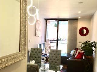 Una sala de estar llena de muebles y una ventana en Midtown 59
