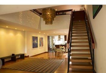 Apartamento en Rosales, cuenta con 3 parqueaderos y depósito.