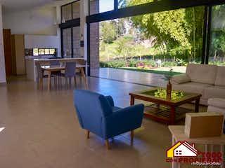 Una sala de estar llena de muebles y una gran ventana en ENTRE PINOS