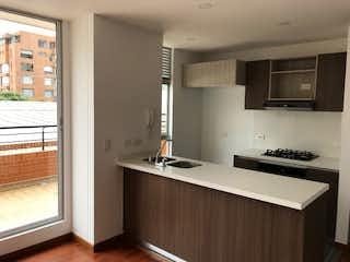 Una cocina con un fregadero y un horno de cocina en Apartamento en venta en  Cedritos de 1 habitacion