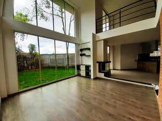 Una habitación muy bonita con una gran ventana en Apartamento en venta en Chía  de 3 habitaciones