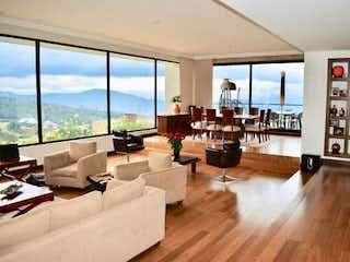 Una sala de estar llena de muebles y una gran ventana en Casa en venta en Yerbabuena de 3 habitaciones
