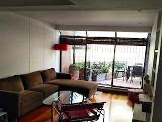 Una sala de estar llena de muebles y una ventana en Apartamento en venta en El Chicó de 2 habitaciones