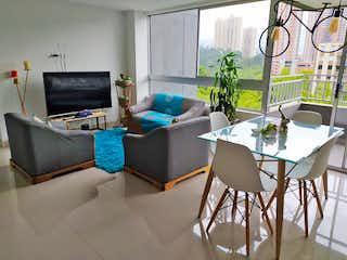 Una sala de estar llena de muebles y una televisión de pantalla plana en Apartamento en venta en Suramérica, 80mt con balcon