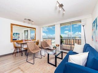 Una sala de estar llena de muebles y una gran ventana en Ámbar