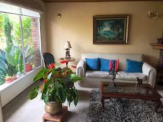 Una sala de estar llena de muebles y una planta en maceta en Casa en venta en Chía de 4 habitaciones